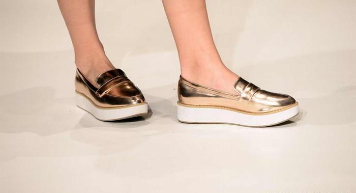 Холодный блеск Обувь оттенков золотистый или серебристый металлик сочетается с аксессуарами в стиле диско, кожаными куртками и темными брючными костюмами.